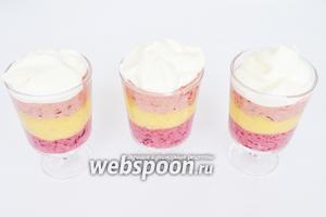 Ложечкой выложить на десерт и сразу же подавать. Сливки лучше взбить заранее, можно взять из балончика. Из указанного количества продуктов получается 3 стакана десерта по 200 мл.
