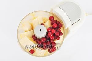 Третий слой клюквенный. Банан пюрировать с клюквой. Добавить 0,5 чайной ложки коричневого сахара и 1,5-2 столовых ложки воды. Воду вполне может заменить молоко.