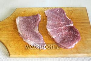 Мясо нарезать поперёк волокон на кусочки-язычки, толщиной 1,5-2 см. Накрыть пищевой плёнкой и отбить кухонным молоточком с двух сторон до 1 см.