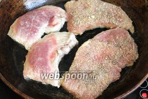 Разогреть сильно сковороду с маслом, быстро выложить мясо на сковороду.