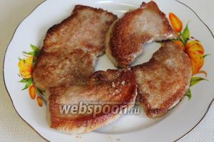 Лангеты выложить на блюдо, а на сковороду добавить 1-2 ложки воды или бульона и прокипятить, полить получившимся соусом мясо при подаче.