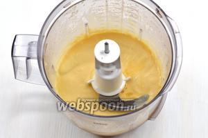 Очень тонкой струйкой начать вливать подсолнечное масло, постоянно взбивая (если использовать венчик, то масло добавлять по каплям). Влить половину количества подсолнечного масла.