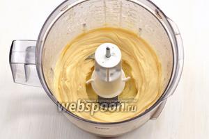 Струйкой добавлять остальную часть масла, постоянно взбивая. Масса сильно загустеет.