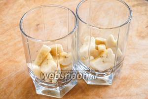 Собираем трайфл в бокалах или креманках: нижним слоем — бананы.