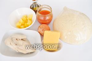 Тесто  приготовить заранее. Куриную грудку отварить. Ананасы используем консервированные, резанные на кусочки. Так же возьмём сыр, лук, масло, муку, помидоры и специи.
