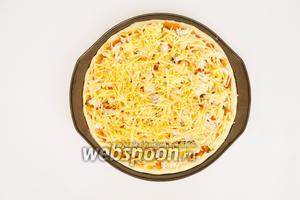 Присыпать пиццу тёртым сыром. Поставить выпекать при 200ºC на 15-20 минут.