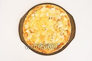 Готовую пиццу подавать горячей. Из указанного количества продуктов получается 3 пиццы  диаметром 32 см. Подавать с оливковым маслом и зеленью.