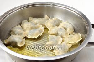 Готовые вареники выложить в посуду с растопленным сливочным маслом.