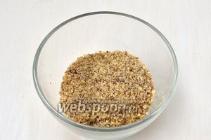Очищенные орехи измельчить с помощью кухонного комбайна (насадка - металлический нож)  в мелкую крошку.