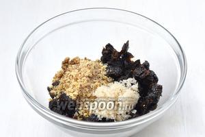 Для начинки соединить орехи, чернослив и сахар.