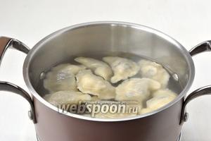 Отварить вареники порциями по 10-12 штук в подсоленном кипятке на протяжении 2 минут. После отправки вареников в кастрюлю провести деревянной ложкой по дну кастрюли для предотвращения прилипания вареников к горячему дну.