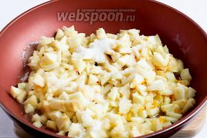 На сковороде растопить сливочное масло, выложить яблоки, посыпать сахаром и потушить всё. Затем добавить цедру и сок цитрусовых ( по желанию). Тушить до нужной мягкости. Яблоки карамелизируются, очень вкусно пахнут и становятся мягкими, но не расплываются.