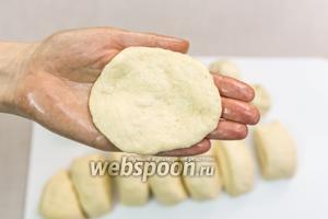 Руки смажем подсолнечным маслом. Берём белое тесто, расплющим его.
