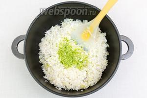 Натрём цедру лайма и добавим в кастрюлю к рису. Сюда же из лайма выжмем сок. Перемешаем.