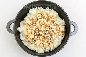 Миндаль нарежем крупно и добавим к рису.