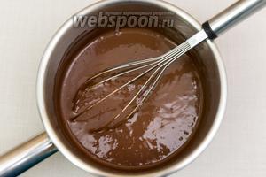 Сливки выливаем в ковш, добавляем поломанный на кусочки шоколад и какао порошок. Ставим на газ и, постоянно помешивая, растворяем шоколад.