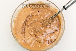 Постепенно добавим в миску растопленный в молоке шоколад (шаг 4), постоянно помешивая.