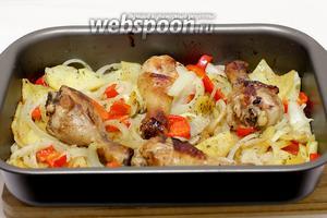 За 5 минут до готовности достать форму из духовки и посыпать сыром. Снова запечь уже без фольги, минут 5-7.