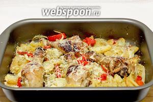 Куриные голени в маринаде с овощами готовы. Осталось разложить их по порциям, украсить зеленью и подавать.