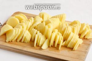 Картофель очистить и нарезать полукольцами не сильно толсто. Чем тоньше нарезка, тем быстрее картофель приготовится.
