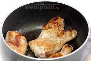 Куриные голени достать из маринада и быстро обжарить в ложке растительного масла. Достаточно запечатать мясо.