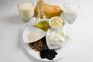 Чтобы приготовить хлеб, нужно для теста взять: тыквенное пюре, сметану, сахар, дрожжи, манную крупу, муку, яйцо, теплую воду, соль, оливковое (любое растительное) масло; для начинки взять: изюм, чернослив, орехи (любые).