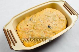 Сделать обминку. Подготовить форму, смазанную оливковым маслом. Выложить тесто в форму. Снова поставить тесто на расстойку в тепло под грелку минут на 40-50.