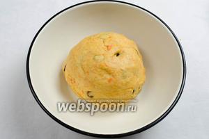Тесто замесить в шар. Положить в миску, стенки которой смазать оливковым маслом.