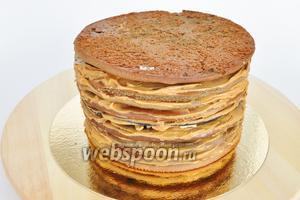 Когда торт собран, дать ему настояться часа 4, прежде чем приступать к оформлению. Но если вы просто хотите покрыть его глазурью, а бока присыпать крошкой, то это можно сделать сразу.