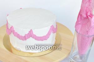 Наносим оборки на боковую поверхность торта.