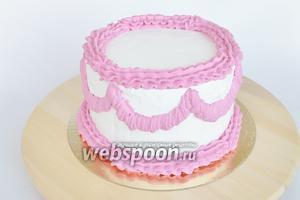 Поменяем насадку на звёздочку и сделаем бордюры в нижней и верхней части торта.