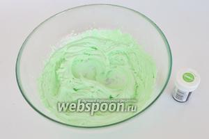 Используя зелёный гелевый краситель, получаем зелёный крем. Красителя  почти не добавляем, зубочистку макнём в краситель, а потом в крем и перемешаем.