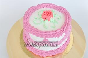 Нанесём веточки на серединку торта. В оставшиеся сливки добавлю краситель красный и сделаю розу с помощью насадки «лепесток». Торт готов. Поставить в холод на час и подавать.