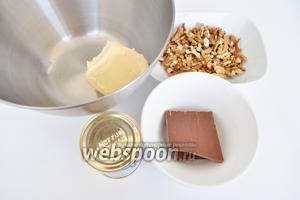 Для крема потребуется масло комнатной температуры, шоколад и варёная сгущёнка.