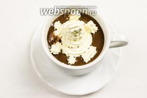 Украсить десерт взбитыми сливками, посыпать тёртым шоколадом. Можно подать на завтрак с шариком мороженого.