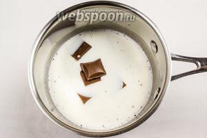 Добавить кусочки шоколада. Поставить на очень медленный огонь. Нагревать, помешивая, до тех пор, пока шоколад растопится.