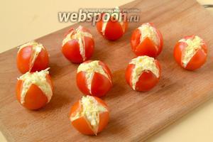 Наполняем помидоры сырной смесью.