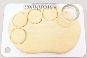 Затем раскатаем тесто толщиной 1,5-2 см. Стаканом (у меня 6 см в диаметре) вырежем кружочки. У меня получилось 14 кружочков.