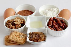 Для приготовления шоколадного штруделя нужно взять муку, растительное масло (2 ст.л.), сахар коричневый или белый, белки, орехи, печенье, сливочное масло, какао.