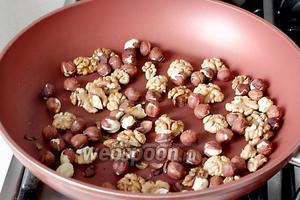 Приготовить начинку. Орехи поджарить на сухой сковороде, чтобы кожица легко очистилась.