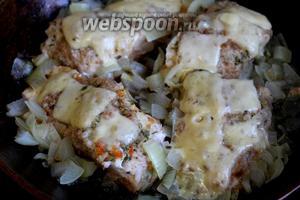 Блюдо готово, когда нижняя часть рыбы зарумянится, а сыр на её поверхности расплавится.
