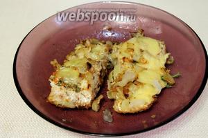 Готовая рыба получается очень сочной, что ещё больше подчеркивается расплавившимся сыром.