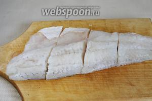 Филе промыть, осушить и порезать на порции.