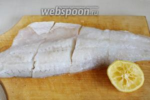 Посолить и полить лимонным соком.