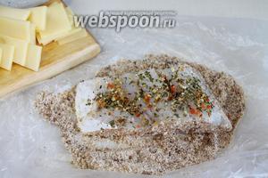 Запанировать рыбу с сухарях или муке, тонко пластинками порезать сыр.