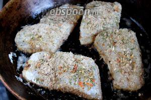 На сковороде разогреть смесь сливочного и подсолнечного масла и выложить подготовленную рыбу кожицей вниз.