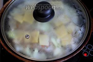 Сковороду накрыть крышкой, уменьшить жар конфорки до маленького, жарить до расплавления сыра и готовности лука, приоткрывая крышку, лук можно перемешивать.