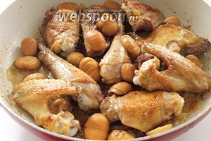 Как только лук приобретёт мягкость и золотистый цвет, посолить, добавить щепотку куркумы для приятного цвета и щепотку лимонной кислоты для лёгкой кислинки, чтобы слегка нейтрализовать сладковатый вкус карамелизованного лука. Только не переборщите с ней!  Выложить сверху отваренные каштаны и обжаренные кусочки курицы.