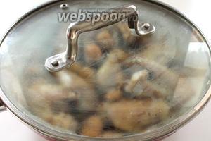 Осторожно перемешать, налить стакан тёплой воды или куриного бульона, плотно закрыть крышку и поставить сковороду на самый минимальный огонь. Блюдо должно томиться минут 20 до частичного выпарения жидкости. Но следите, чтобы не пересушить !