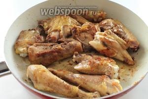 В сковороде растопить 50 грамм масла. Кусочки курицы посолить и обжарить в масле до лёгкой золотистой корочки. Только не пережарьте и не пересушите её !